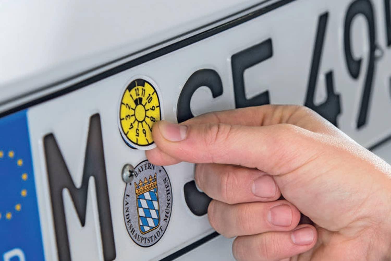 In Deutschland prüft DEKRA an 500 eigenen Lokationen und in rund 37.000 Stützpunkten Fahrzeuge auf ihre Verkehrstauglichkeit.