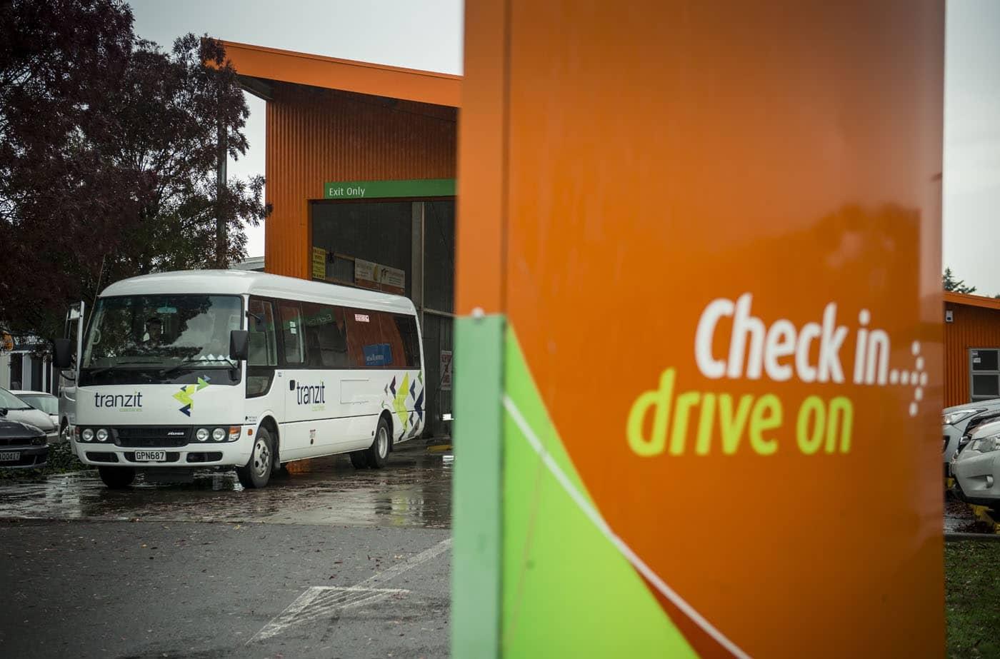 Vehicle Testing New Zealand Limited (VTNZ) ist Neuseelands größter Anbieter für Fahrzeugprüfungen und seit 2013 Teil des DEKRA Konzerns.