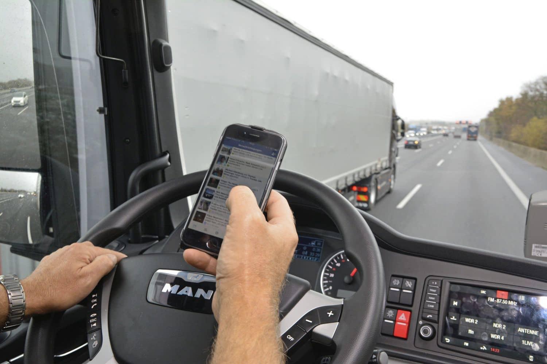 Hände ans Steuer, nicht ans Smartphone!