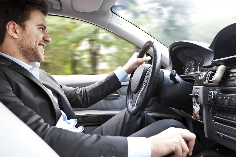 Die richtige Sitzposition im Auto schützt bei Unfällen