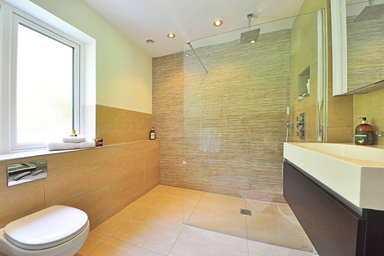 Barrierefreies Bauen ist nicht nur für Haus- und Wohnungseingänge ein Thema. Es betrifft auch zum Beispiel das Badezimmer, wo mit einer bodenebenen Dusche Stolper- und Sturzgefahren gebannt werden. Foto: Pixabay