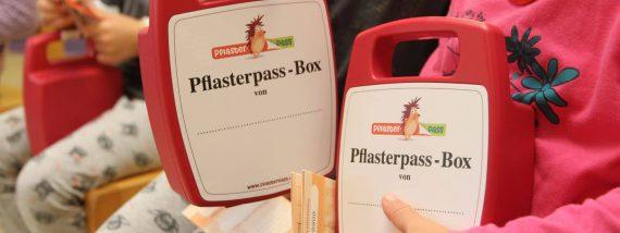 Als Belohnung erhalten die Kinder eine Pflasterpass-Box. Foto: Norbert Böwing