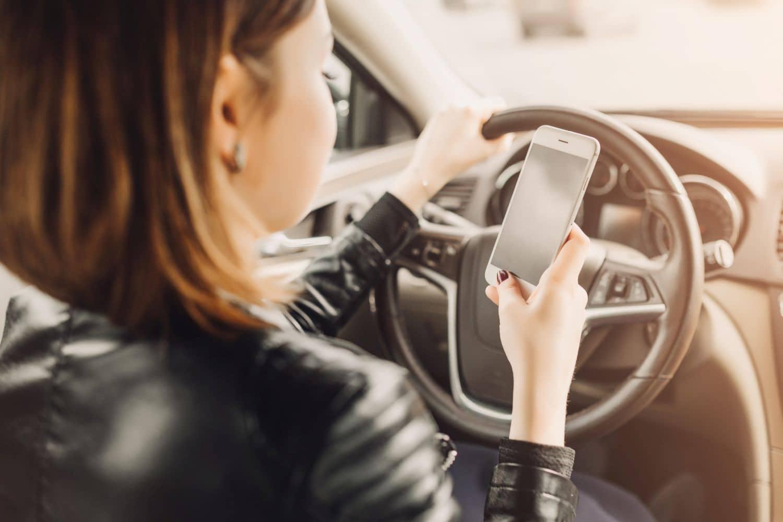 """Smartphone im Auto: """"Wirkung vergleichbar mit Suchtmittel"""""""