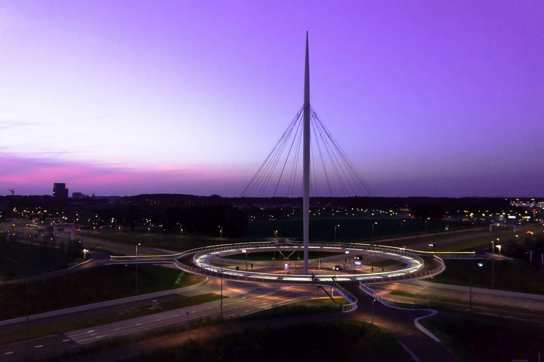 An einem Pylon ist eine kreisförmige Brücke für Radfahrer mit Abspannseilen aufgehängt. Foto: ipv Delft - Heelibeld.nl - www.ipvdelft.com