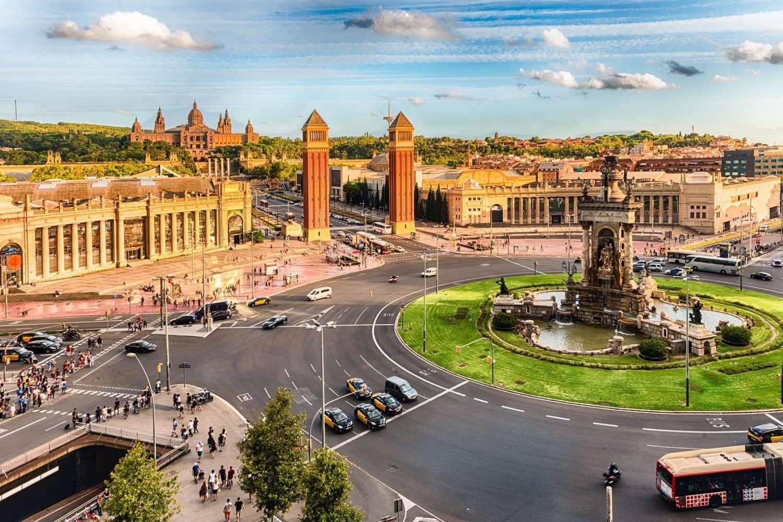 Die Placa d'Espanya ist einer der bekanntesten Plätze in Barcelona. Um den Brunnen auf der Mitte des Platzes verläuft ein sechsspuriger Kreisverkehr. Foto: Fotolia - marcorubino