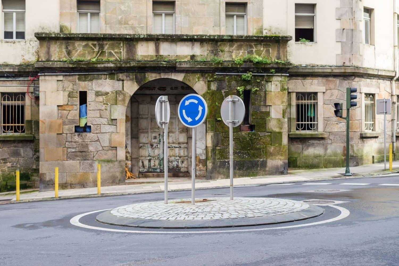 In Ortschaften findet man oft Minikreisverkehre. Dank ihres kleinen Durchmessers sind sie überall integrierbar. Foto: Fotolia - sergiy1975