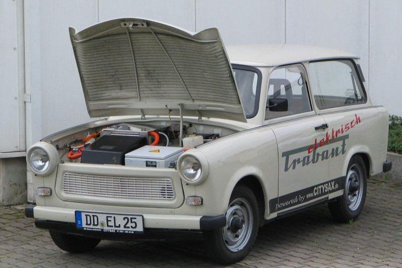 Die fertig umgebauten Trabis lässt Bähr in der DEKRA Niederlassung in Dresden begutachten. Foto: Matthias Bähr