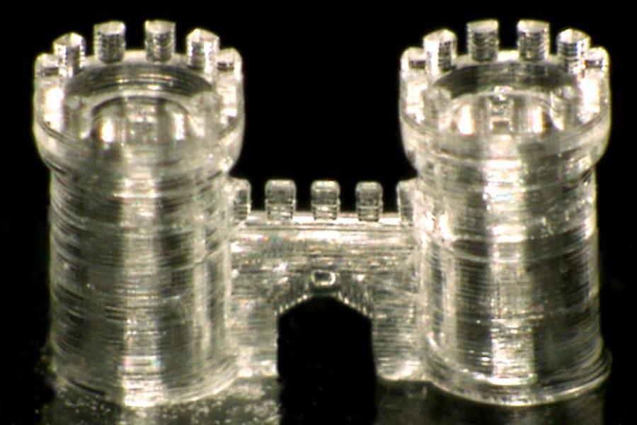 Aus einem Gemisch aus Quarzglas und Flüssigkunststoff entsteht nach und nach ein Werkstück. Foto: KIT