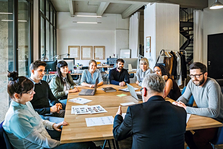 Zusammenhalt unter Kollegen und gute Aufstiegschancen schaffen ein positives Arbeitsklima. Foto: Tom Werner - Getty Images