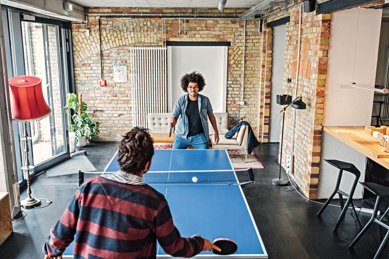 Leichte Fitness und Bewegung erhöhen nicht nur die Zufriedenheit, sondern auch die Gesundheit der Angestellten. Foto: Luiz Alvarez / Getty Images