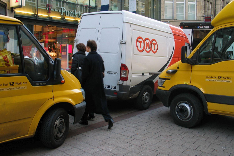 Unfallrisiken vorprogrammiert: Verschiedene Zusteller konkurrieren um den begrenzten Platz am Straßenrand. Foto: Matthias Rathmann