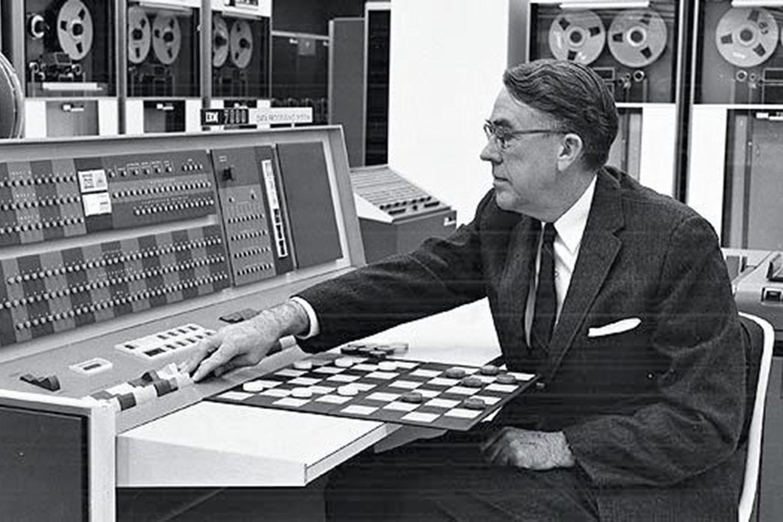 1956: Arthur Samuel erschafft das erste selbstlernende Programm. Foto: IBM