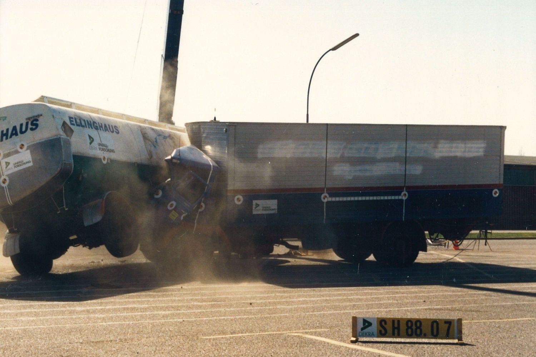 Tanz der Giganten: 1988 lässt DEKRA zwei Lkw aufeinanderprallen. Foto: DEKRA
