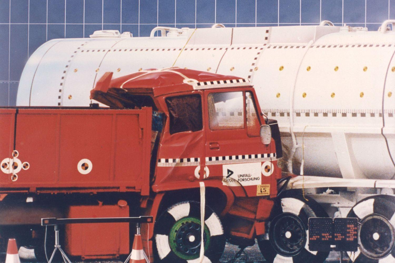 1991: Ein Tank-Lkw wird im Crashtest gerammt. Foto: DEKRA