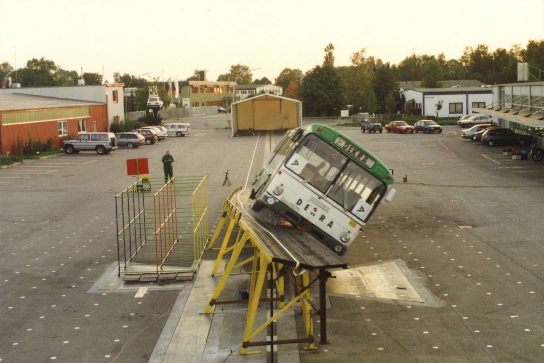 1994: Auch Busse nimmt DEKRA genau ins Visier. Ein Bus wird zum Stürzen gebracht. Foto: DEKRA