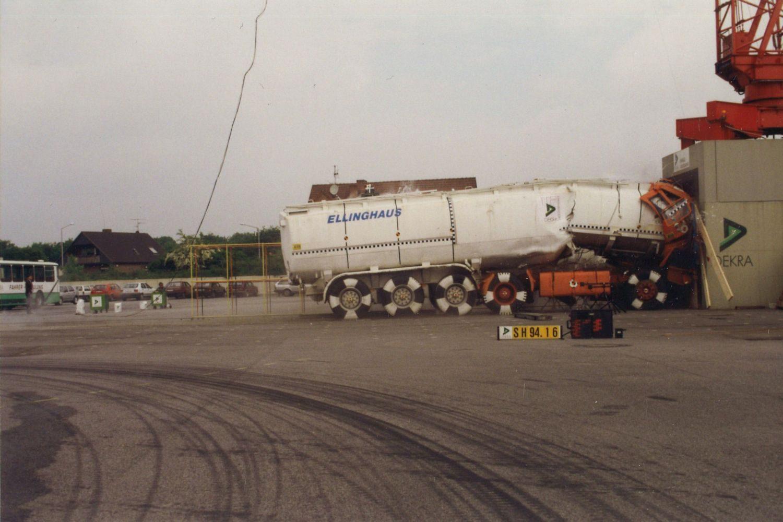 Auch ein Tank-Lkw wird 1994 gegen eine Wand gefahren. Foto: DEKRA