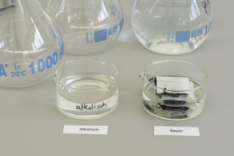 ... und in saure und alkalische Lösungen gelegt, um die Farbechtheit zu überprüfen. Foto: Thomas Küppers