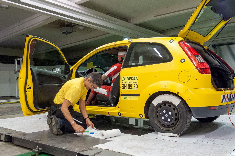 Hier wird 2009 ein Test vorbereitet, bei dem das Auto gegen einen Pfahl knallen soll. Foto: Thomas Küppers