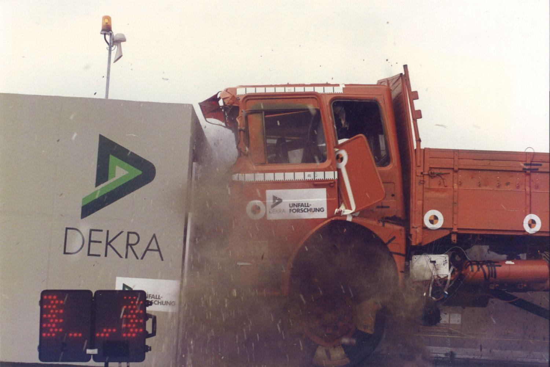 Was passiert wenn ein Lkw gegen ein Hindernis donnert? DEKRA hat es getestet. Foto: DEKRA