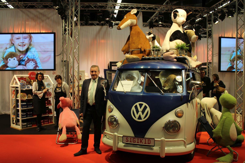 Thomas Haas, Bereichsleiter Logistik von Sigikid, präsentiert den Stand auf der Messe Nürnberg. Foto: Carina Bellluomo