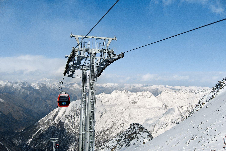 Die Dagu Glacier Gondola im Norden Chinas ist nur 2,4 Kilometer lang, aber die Bergstation im Dagu-Gletscher-Nationalpark liegt 4.843 Meter hoch. Damit ist sie die höchste Seilbahn der Welt, und für die Fahrgäste stehen Sauerstoffflaschen parat. Foto: Doppelmayer Seilbahnen