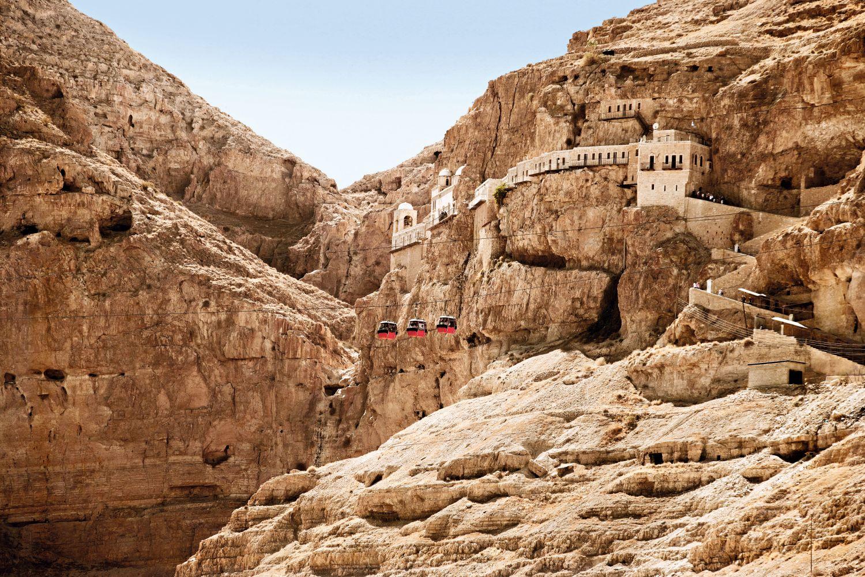 Die Jericho-Seilbahn verbindet seit 1999 die Stadt Jericho mit dem griechisch-orthodoxen Kloster Qarantal auf dem Berg der Versuchung. Komplett unter dem Meeresspiegel gebaut, startet die Bahn bei –230 Metern und erreicht ihr Ziel bei –50 Metern. Foto: Getty Images - Gosiek B