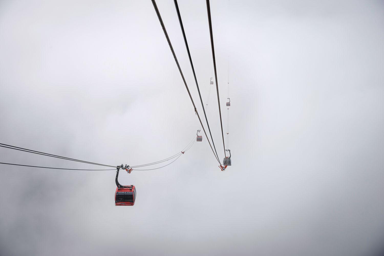 Mit dem größten Bodenabstand aller Seilbahnen (436 Meter) punktet in Kanada die Peak 2 Peak Gondola. Von Gipfel zu Gipfel schwebt sie vom Skigebiet am Whistler Mountain über ein tief eingeschnittenes Tal zur nächsten Attraktion am Blackcomb Peak. Foto: Getty Images - John Crux