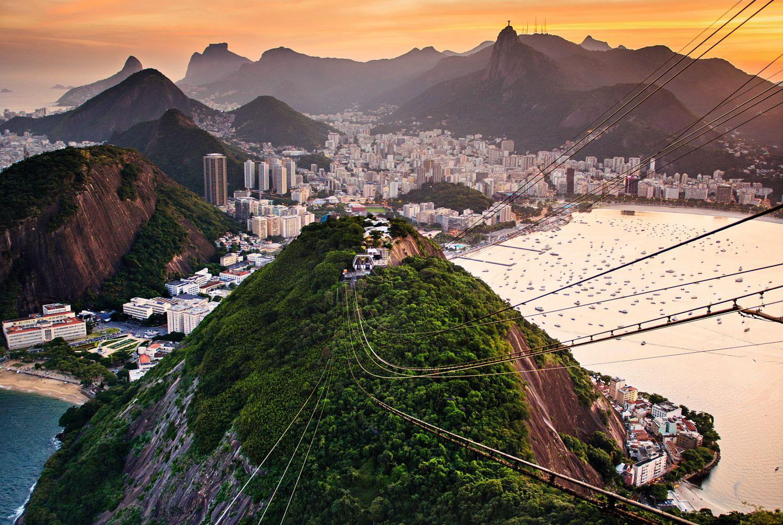 """Die Seilbahn, die auf Rio de Janeiros Zuckerhut führt, erlangte auch im Film Bedeutung. Auf dem Dach einer der Kabinen des Teleférico do Pão de Açúcar fand im James-Bond-Film """"Moonraker"""" eine legendäre Kampfszene statt. Foto: Getty Images - Michael Marquard"""