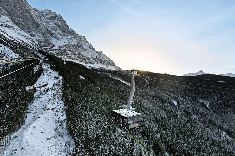 Die Seilbahn Zugspitze ersetzt ein Modell aus dem Jahr 1963. Mit der höchsten Stahlbaustütze (127 Meter), dem längsten freien Spannfeld (3.213 Meter) und dem größten Höhenunterschied in einer Sektion (1.945 Meter) wartet sie mit drei Weltrekorden auf. Foto: Bayerische Zugspitzbahnen, Matthias Fend