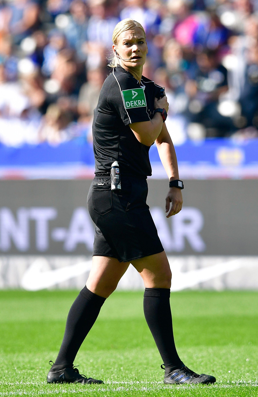 Schiedsrichterin Bibiana Steinhaus während eines Bundesliga-Fußballspiels. Die Spezialarmbanduhr signalisiert gültige Tore. Foto: Tobias Schwarz/AFP/Getty Images