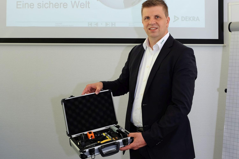 3 – Ausbildungsleiter Martin Lutz präsentiert bei der Kick-off-Veranstaltung unter anderem auch den Gutachter-Koffer