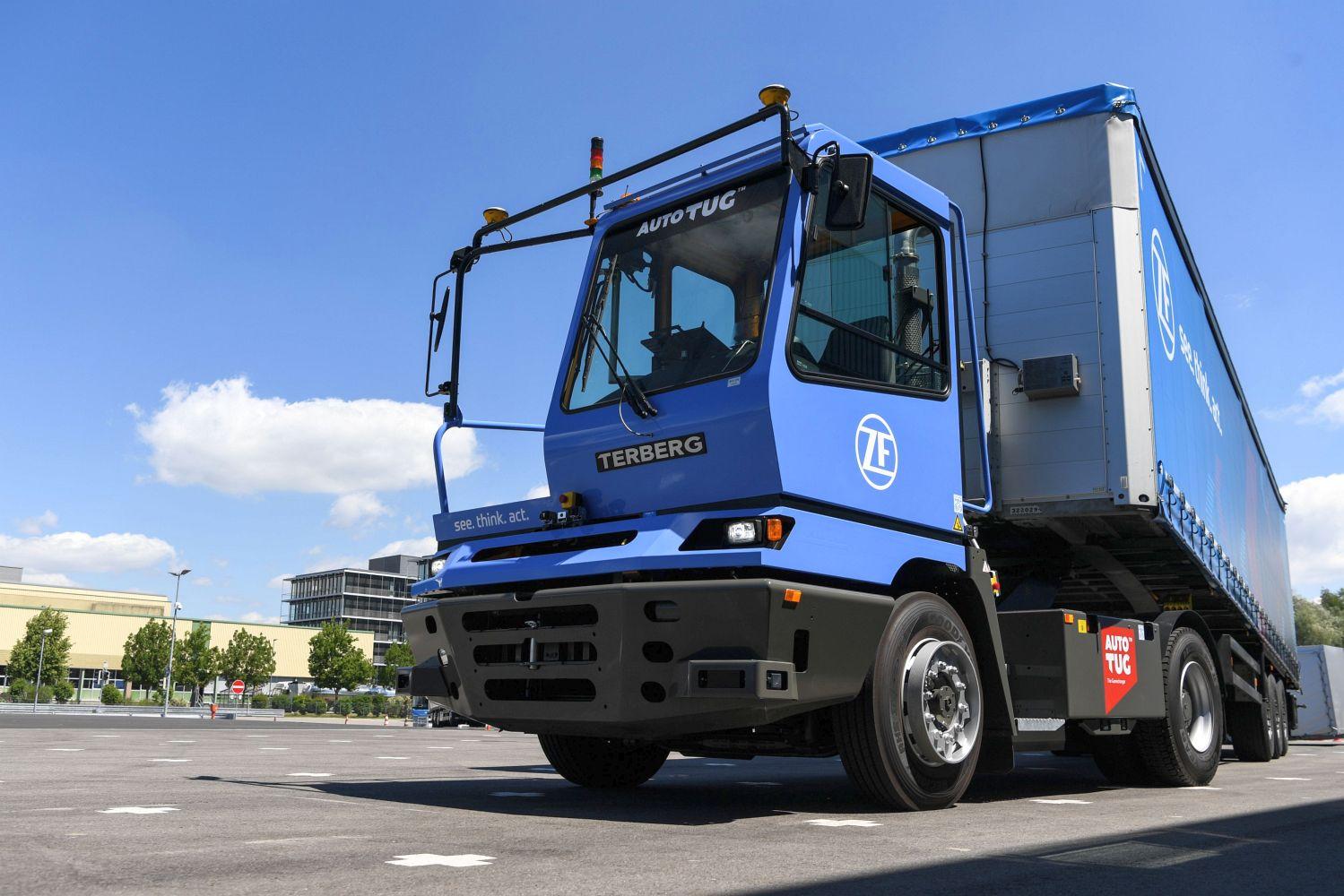 Der Terminal Yard Tractor rangiert autonom Trailer auf dem Betriebshof. Foto: ZF