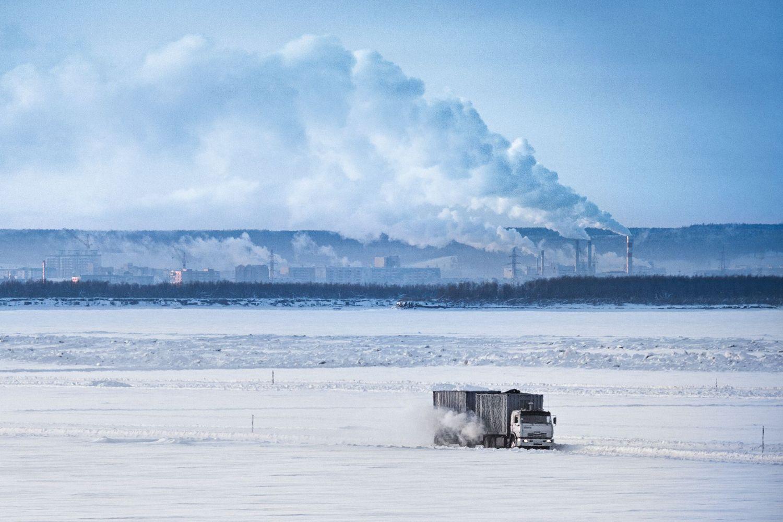 Auf den zugefrorenen Flüssen der Tundra sind Verkehrswege aus Eis und Schnee errichtet. Foto: getty images / Johnny Haglund