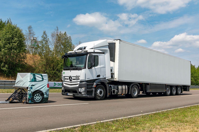 Moderne Lkw-Bremssysteme verzögern mit 7 m/s2 und kommen aus Tempo 80 nach rund 40 Metern zum Stehen. Foto: Karl-Heinz Augustin