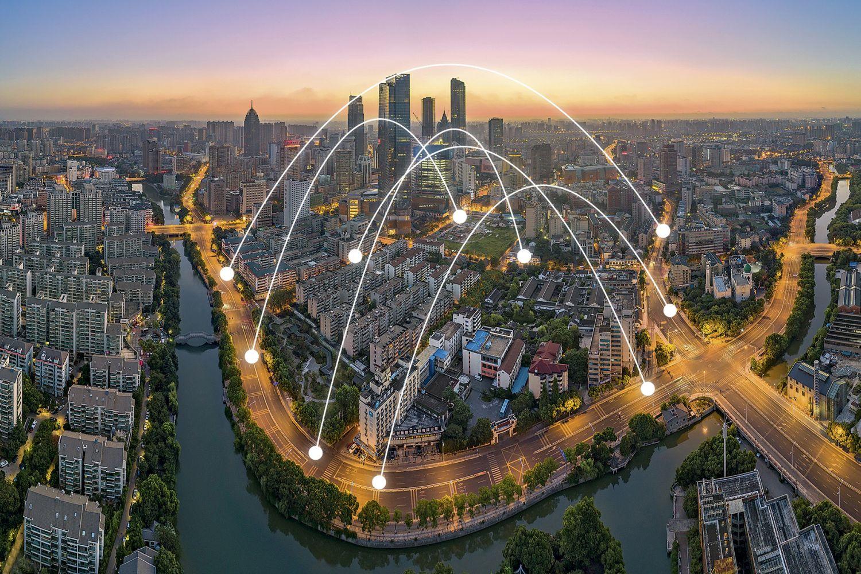 Stadtinterne Vernetzung: Wuxi in China ist zu einem Sechstel seiner Stadtfläche ein Testfeld für das autonome und vernetzte Fahren. LTE-Mobilfunk verbindet Infrastruktur wie Ampeln und Verkehrsschilder mit Autos und Bussen. Bis 2019 sollen 100.000 Autos und die Infrastruktur flächendeckend vernetzt sein. Foto: getty images - shuige