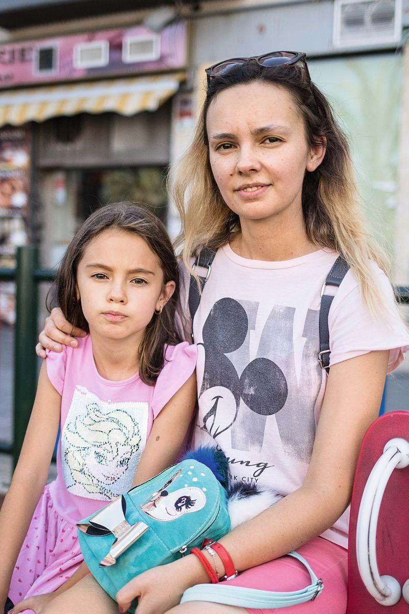 """Petronela und Tochter Victoria: """"Die Stadt hat sich verändert, das ist gut, ich fühle mich sicher. Ich achte sehr darauf, dass meine Tochter sich im Straßenverkehr richtig verhält – sie hat das auch in der Schule gelernt."""" Foto: Cesar Dezfuli"""