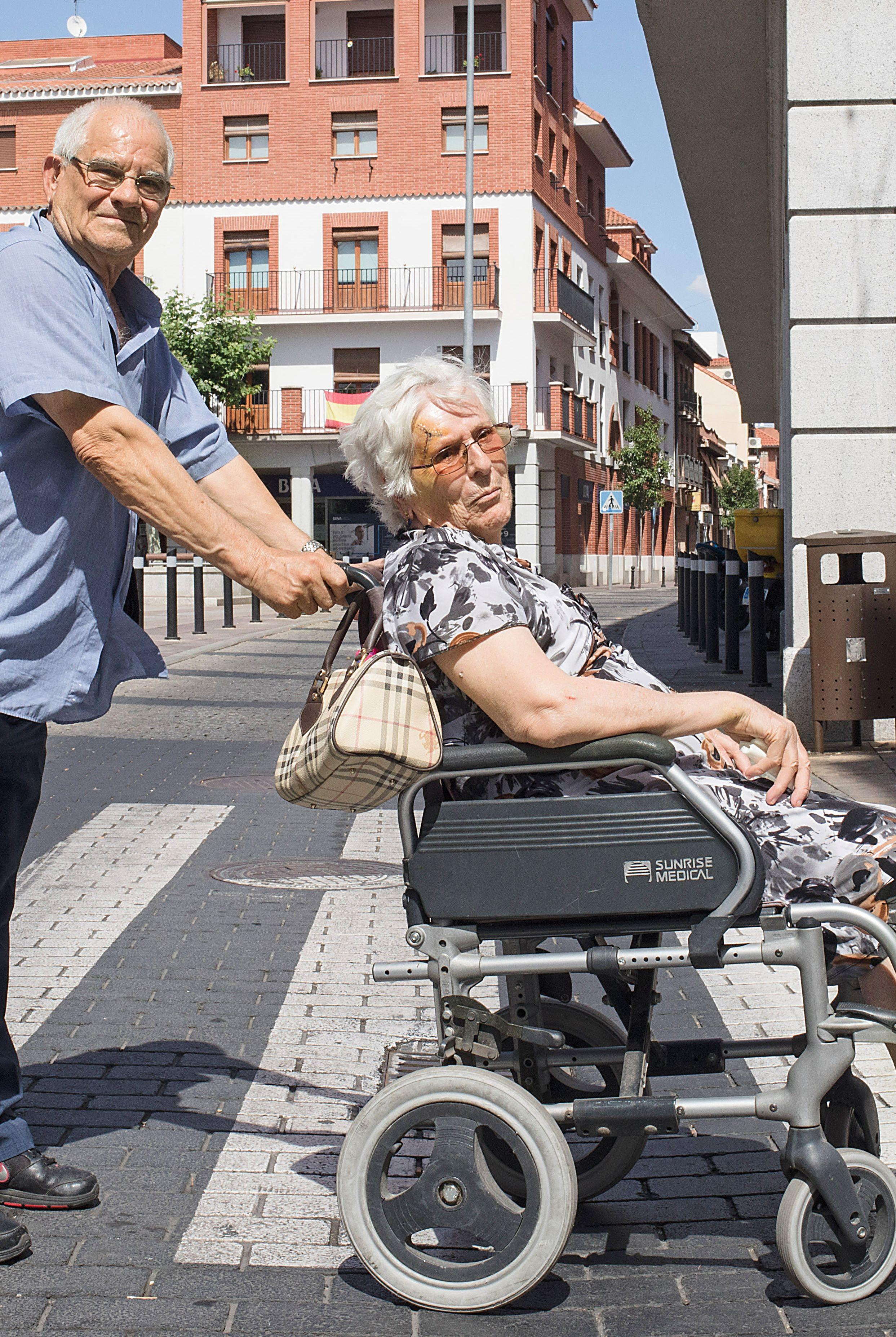 """Antonio und Anna: """"Die Bürgersteige sind jetzt breiter, das ist gut. Und es gibt Schwellen an Fußgängerüberwegen und Beleuchtung, da passieren jetzt nicht mehr so viele Unfälle. Wir fühlen uns sicherer, auch durch die Polizeipräsenz."""" Foto: Cesar Dezfuli"""