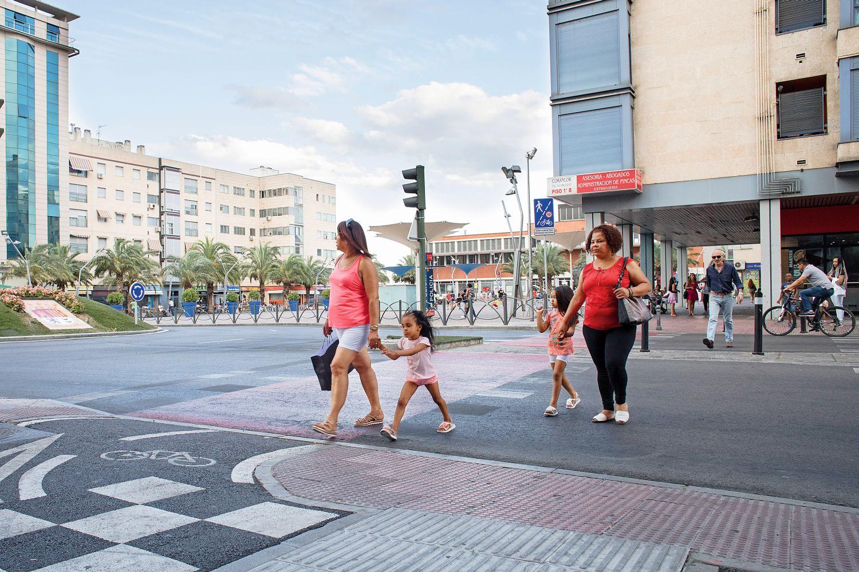 Vielfältige Schutzmaßnahmen: Umzäunung der Gehwege sowie deutlich markierte Fußgängerüberwege und Fahrradwege. Foto: Cesar Dezfuli