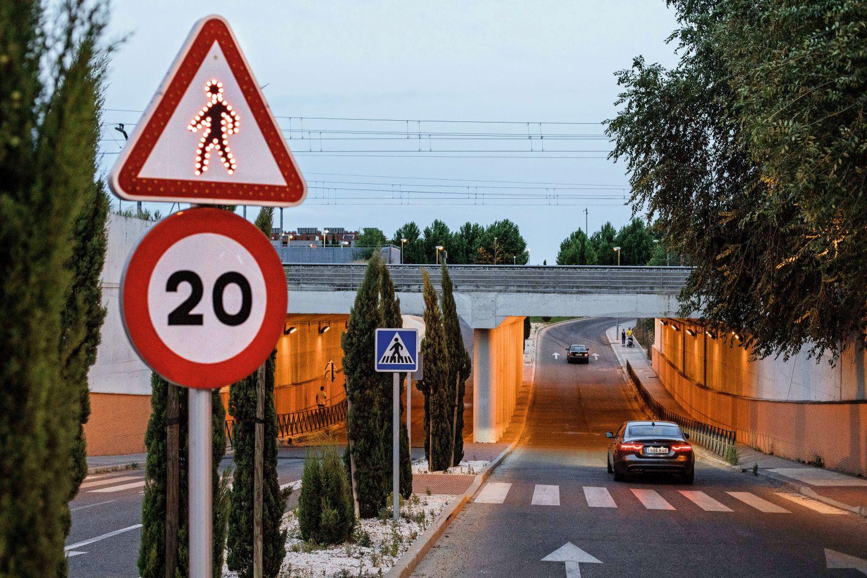 Bodenschwellen zwingen zum langsamen Heranfahren an den Zebrastreifen. Foto: Cesar Dezfuli
