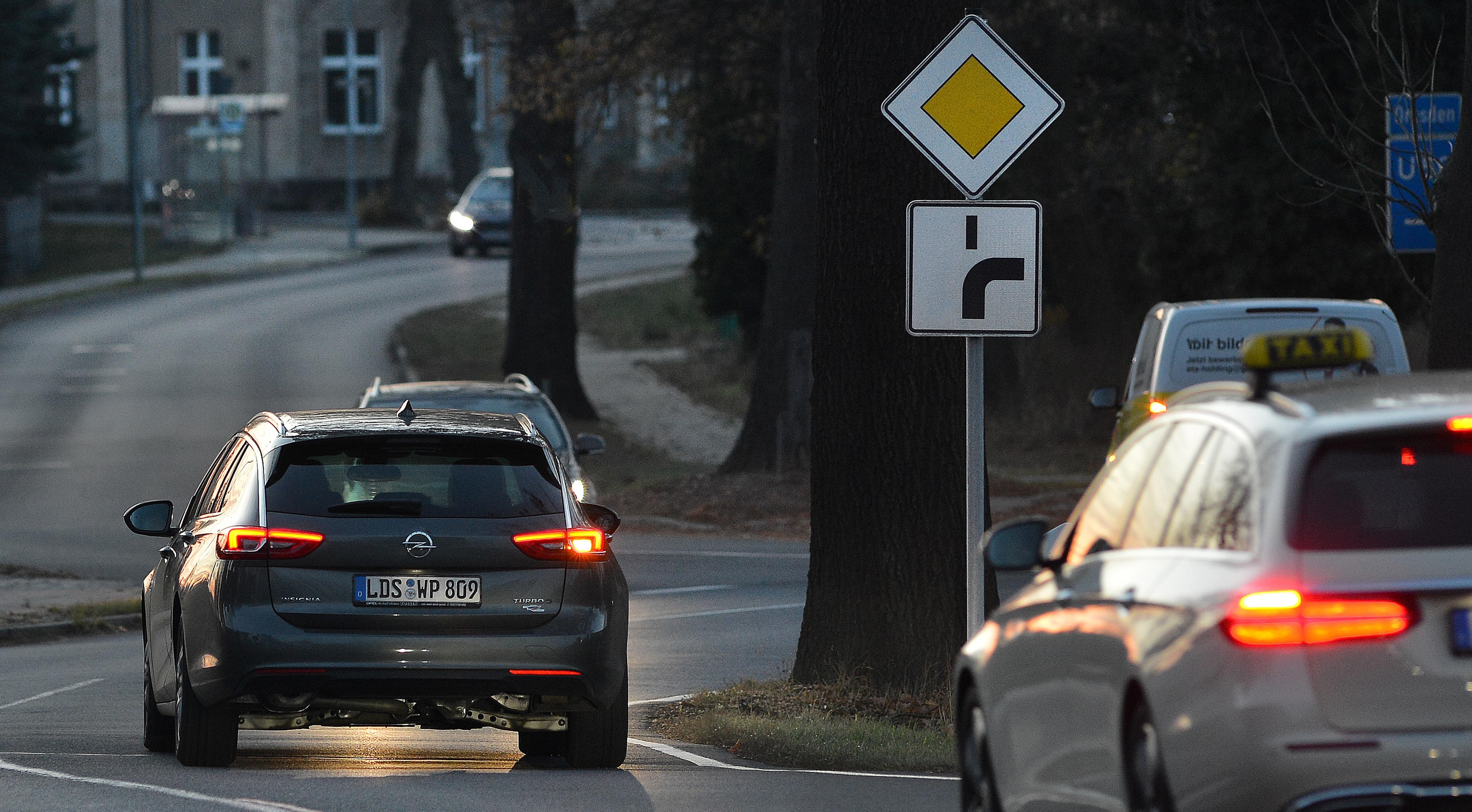 Besonders bei abknickenden Vorfahrtstraßen wissen viele Autofahrer nicht, wie man richtig blinkt. Foto: DEKRA