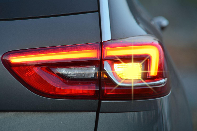 Nur jeder zweite Autofahrer blinkt nach einer DEKRA Verkehrsbeobachtung richtig.