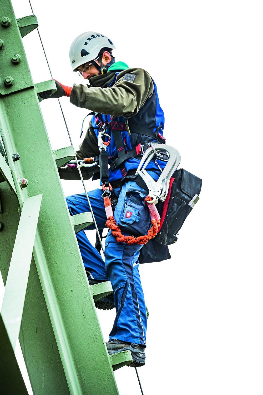 Kletterkünstler: Egal, ob rauf oder runter: Die schwere Sicherheitsausrüstung ist immer am Mann. Foto: Ulrich Schepp/Wmp-Wizard-Media