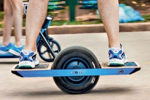 Onewheel: Der Offroader unter den E-Minis taugt auch für grobe Feldwege. Foto: Aleksandar Todorovic - shutterstock
