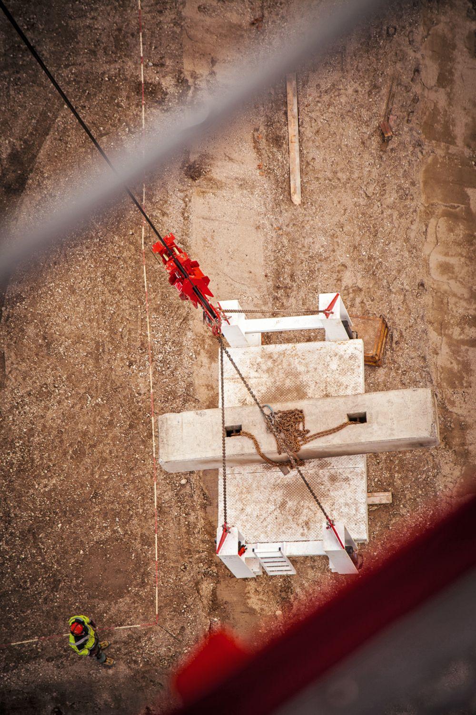 Hebetest: Blick in 35 Meter Tiefe, wo die Testgewichte am Haken des Krans hängen. Foto: DEKRA