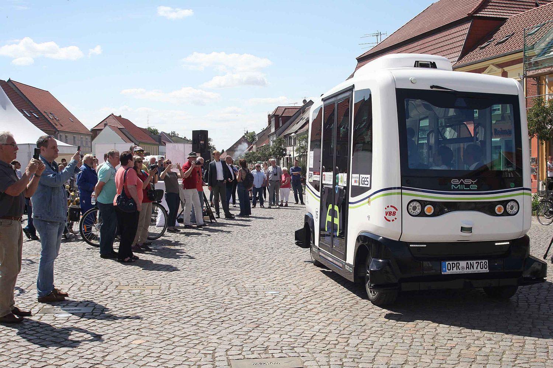 Zum Start des Probebetriebs wollen viele Einwohner der Gemeinde einen Blick auf den Kleinbus werfen. Foto: DEKRA