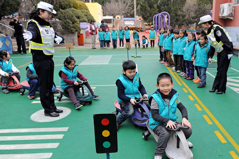 Verkehrsschule: In vielen Teilen der Welt findet Verkehrserziehung auf spielerische Weise schon in frühen Jahren statt. Foto: imago / Xinhua