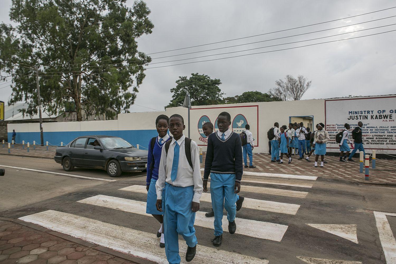 Eingang der Justin Kabwe Primary School in Lusaka, Sambia: Dank eines von FedEx und der FIA-Stiftung unterstützten Infrastrukturprojekts wurden die einst gefährlichen Zufahrtsstraßen auf ein hohes Sicherheitsniveau gebracht. Foto: Edward Echwalu