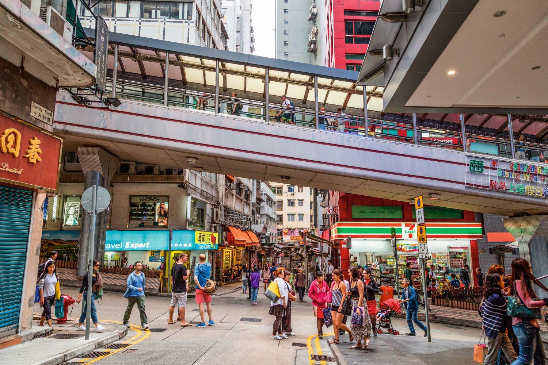 Die überdachte Rolltreppe in Hongkong ist mit 800 Metern das längste derartige Sytem der Welt. Foto: Tuomas Lehtinen/Mauritius Images