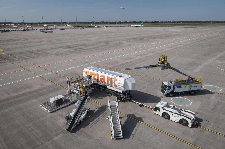 Vielseitig begabt: Am Vorfeld-Trainer kann der Einsatz zahlreicher Fahrzeuge und Geräte der Flugabfertigung geprobt werden. Foto: Sebastian Höhn