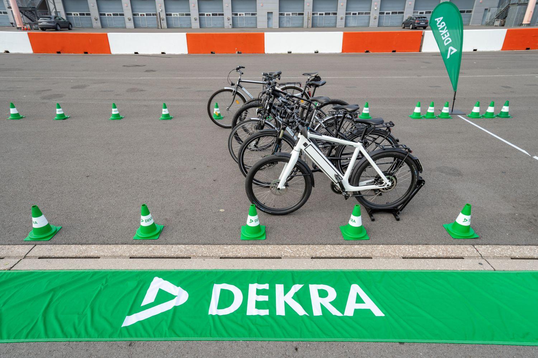 Fahrräder in Endstellung auf trockener Fahrbahn. Foto: DEKRA